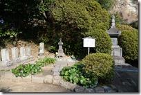 石造宝篋印塔(重文)と北条政子供養塔