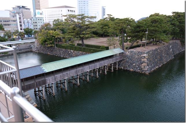 天守閣跡から見た鞘橋と二の丸